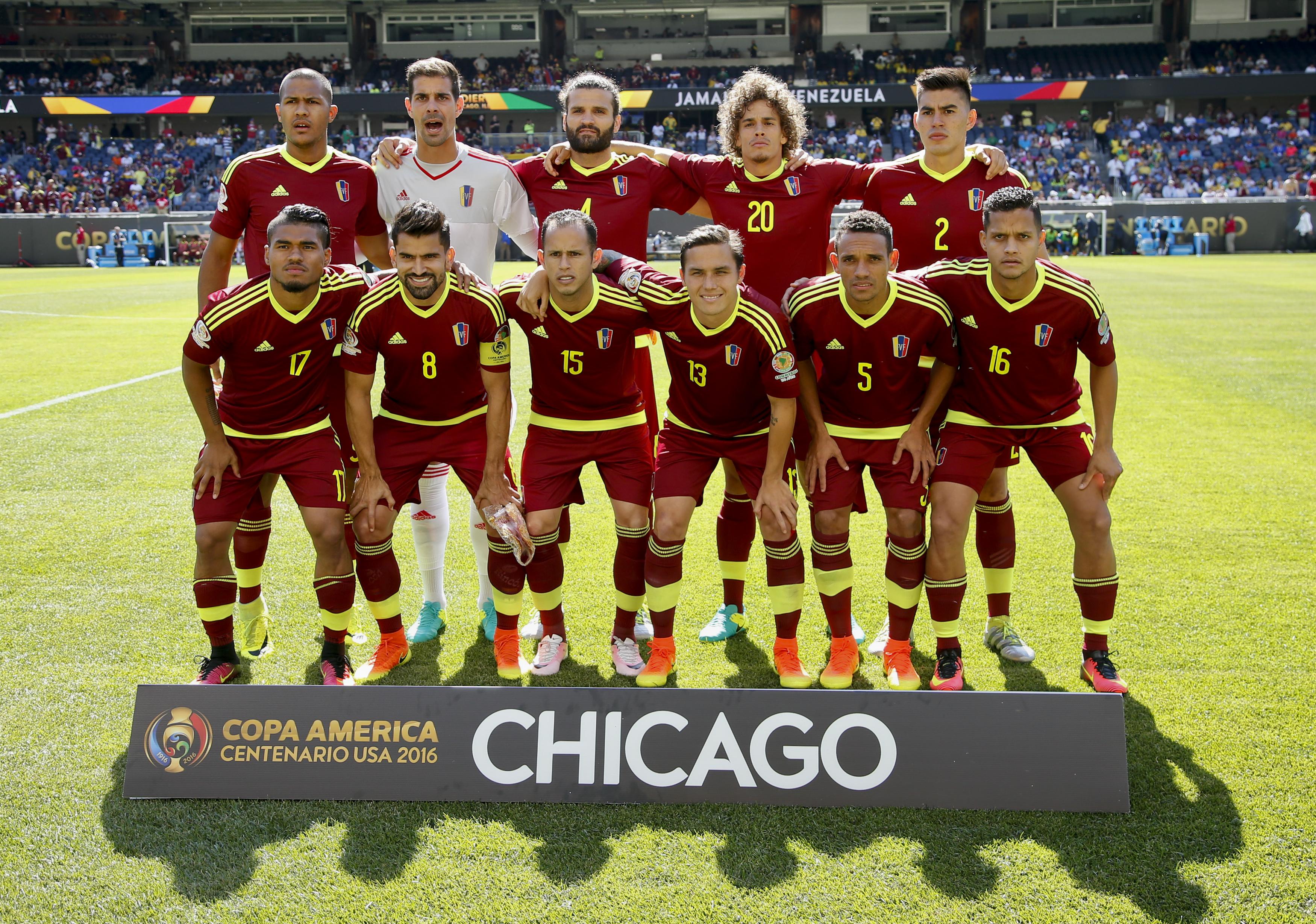 CHI01. CHICAGO (EEUU), 05/06/2016.- Jugadores de Venezuela forman hoy, domingo 5 de junio de 2016, antes de un partido del grupo C de la Copa América en el estadio Soldier Field en Chicago, Illinois (Estados Unidos). EFE/Kamil Krzaczynski