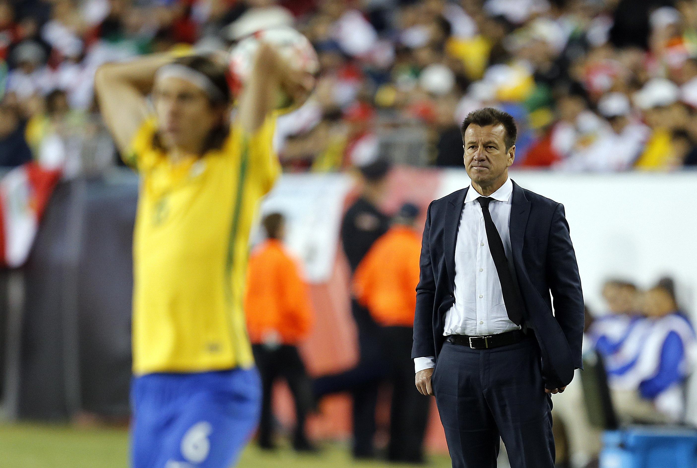 FOX136. FOXBOROUGH (EEUU), 12/06/2016.- El seleccionador de Brasil Dunga (d) dirige ante Perú hoy, domingo 12 de junio de 2016, el partido entre Brasil y Perú en el Grupo B de la Copa América Centenario en el estadio Gillete de Foxborough (Estados Unidos). EFE/MAURICIO DUEÑAS CASTAÑEDA