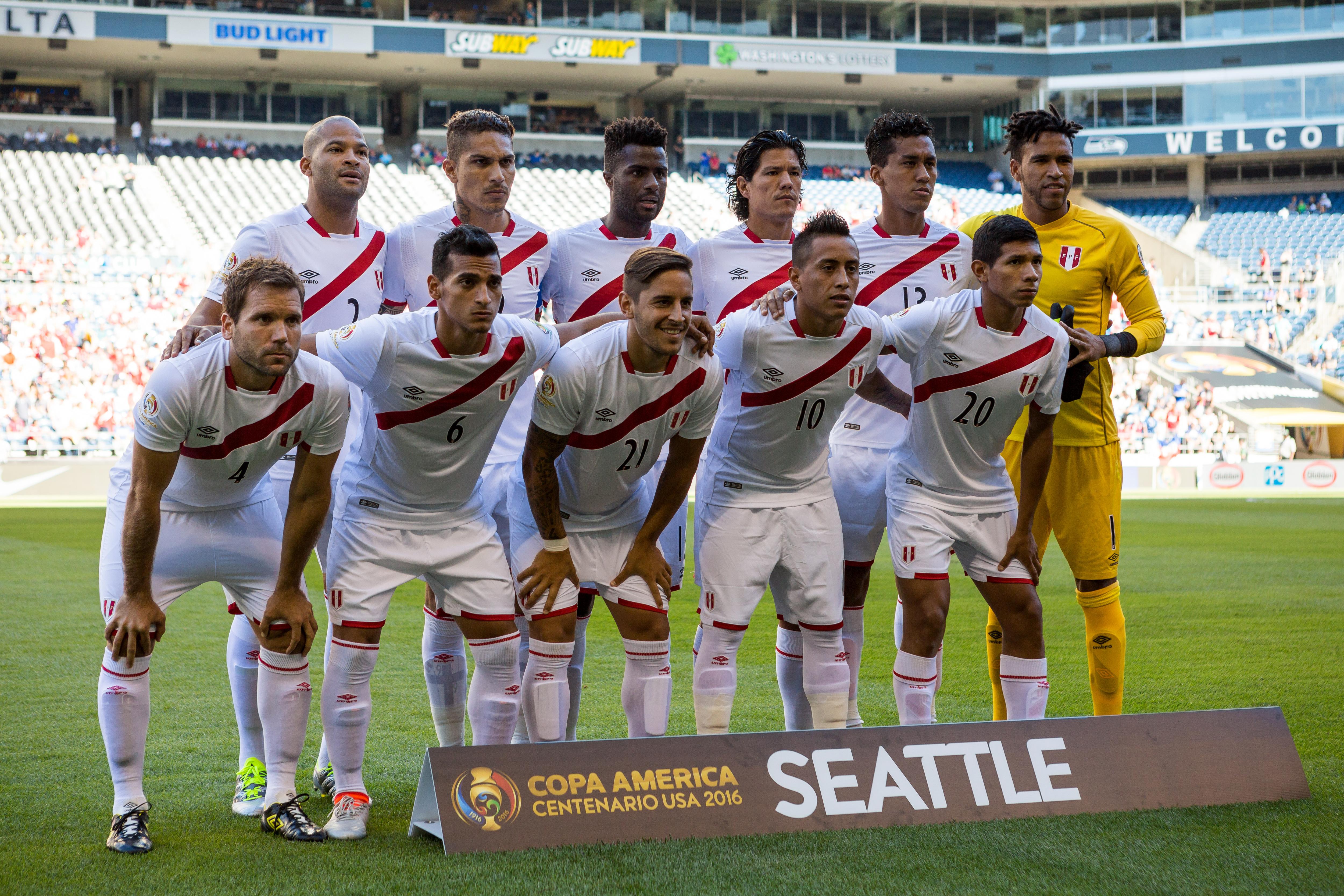 SEA19. SEATTLE (WA, EE.UU.), 04/06/2016.- Jugadores peruanos posan para las fotos oficiales hoy, sábado 4 de junio de 2016, antes de un partido entre Haití y Perú por la Copa America 2016, en el estadio CenturyLink Field de Seattle, Washington (EE.UU.). EFE/Jordan Stead