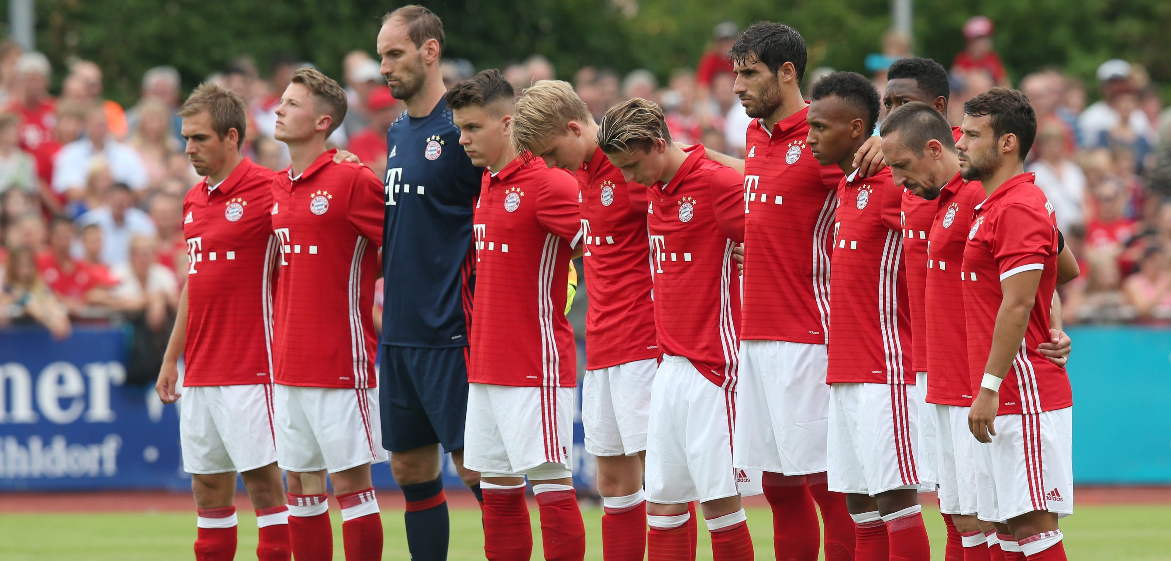 NIC031. Landshut (Germany), 23/07/2016.- FC Bayern Munich players observe a minute's silence for the victims of yesterday's shooting, before the test match against SpVgg Landshut at ebmpapst Stadium in Landshut, Germany, 23 July 2016. (Futbol, Amistoso, Alemania) EFE/EPA/DANIEL KARMANN