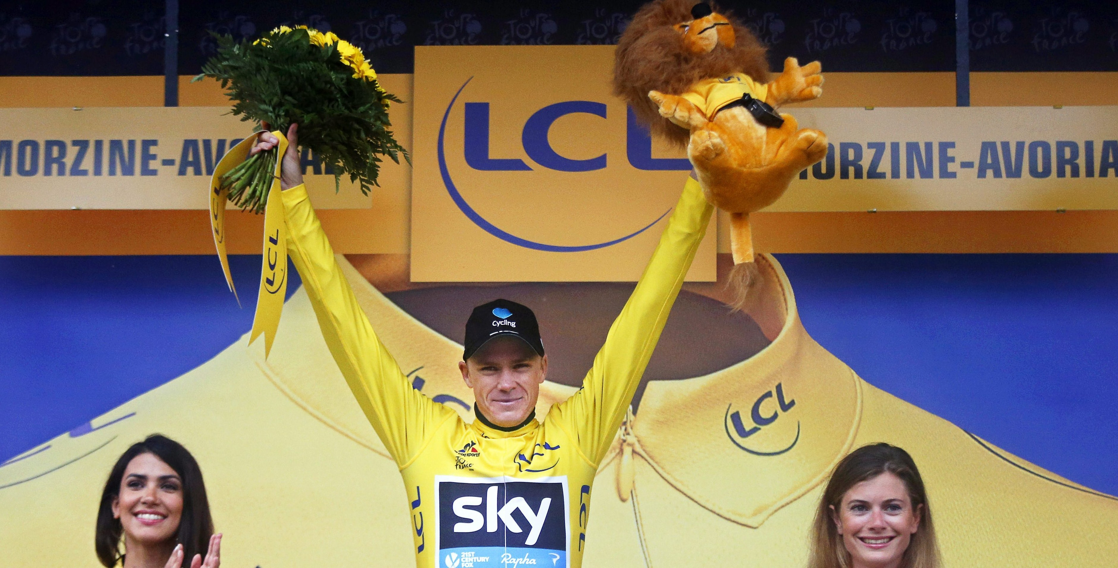 . Morzine-avoriaz (France), 23/07/2016.- British rider Christopher Froome (C) of Team Sky celebrates on the podium after retaining the overall leader's yellow jersey following the 20th stage of the 103rd edition of the Tour de France cycling race over 146.5km between Megeve and Morzine-Avoriaz, France, 23 July 2016. (Ciclismo, Francia) EFE/EPA/KIM LUDBROOK