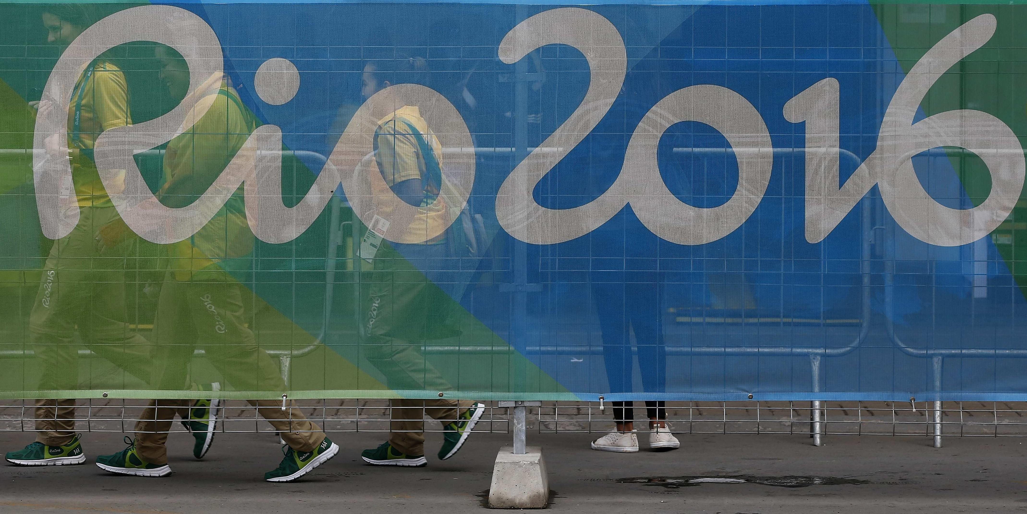BRA01. RÍO DE JANEIRO (BRASIL), 22/07/2016.- Fotografía del 22 de julio de 2016 de voluntarios para los Juegos Olímpicos Río 2016 en Río de Janeiro (Brasil). Una acreditación, un uniforme, una guía de bolsillo sobre las olimpiadas, unas zapatillas, un abono de transporte, un llavero y, sobre todo, mucha ilusión son los enseres imprescindibles para todos aquellos que quieran sacrificar el mes de agosto para ser voluntario durante los Juegos de Río 2016. EFE/MARCELO SAYAO