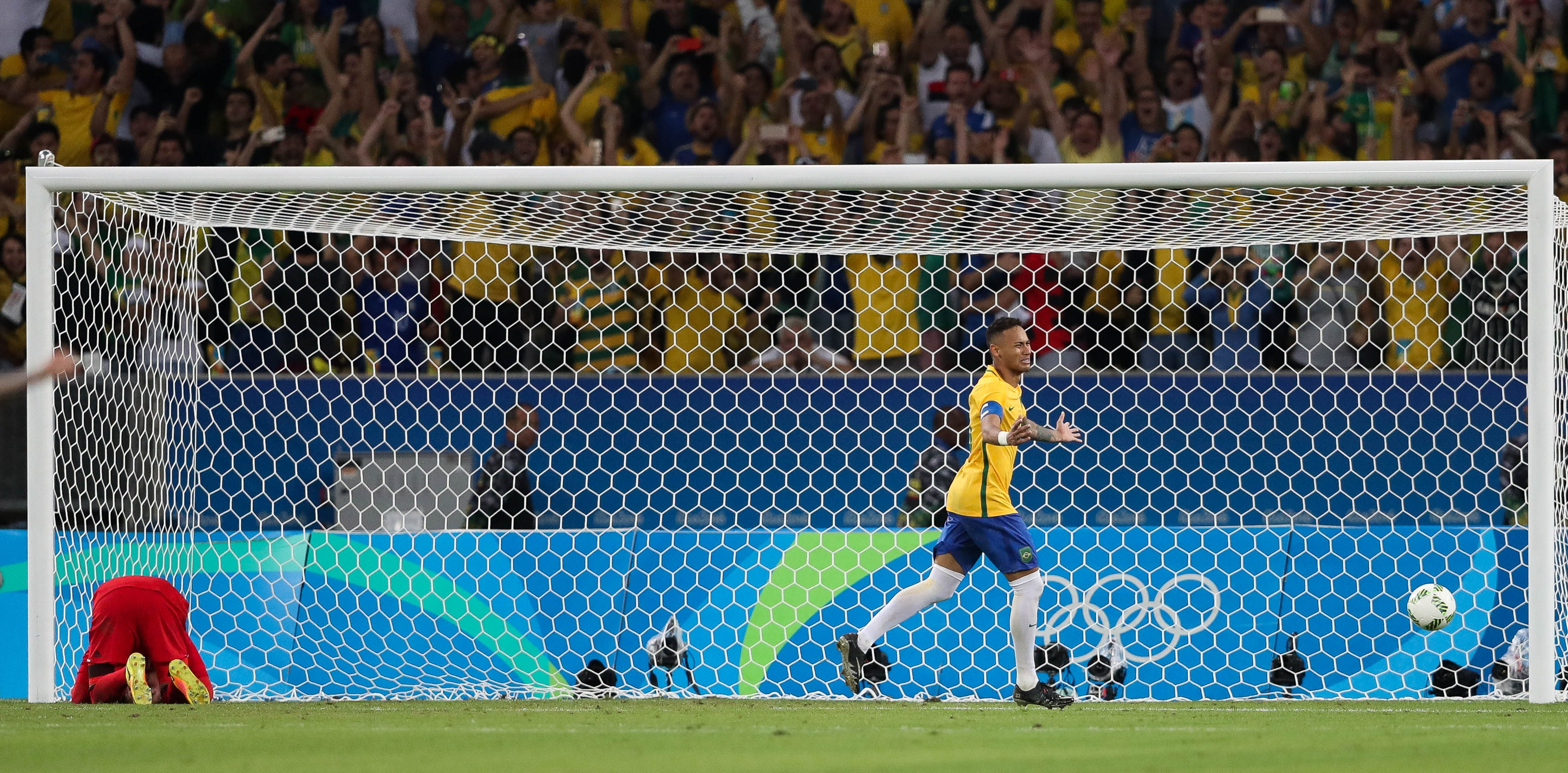 JJOO320. RÍO DE JANEIRO (BRASIL), 20/08/2016. Neymar Jr de Brasil celebra tras anotar ante Alemania, durante el juego por la medalla de oro de fútbol masculino de los Juegos Olímpicos Río 2016 hoy, sábado 20 de agosto de 2016, en el Estadio Maracaná de Río de Janeiro (Brasil). Brasil ganó en la definición por penaltis. EFE/FERNANDO BIZERRA JR