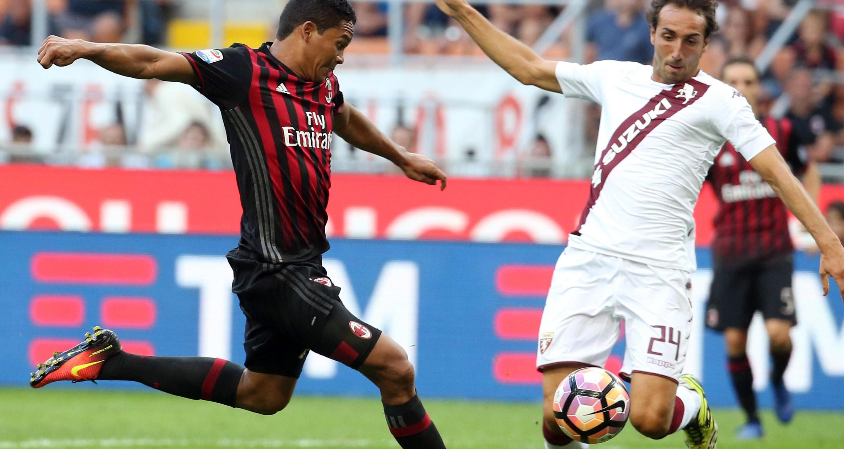 . Milan (Italy), 21/08/2016.- Milan's Carlos Bacca (L) scores the goal during the Italian Serie A soccer match AC Milan vs Torino FC at Giuseppe Meazza stadium in Milan, Italy, 21 August 2016. (Italia) EFE/EPA/MATTEO BAZZI