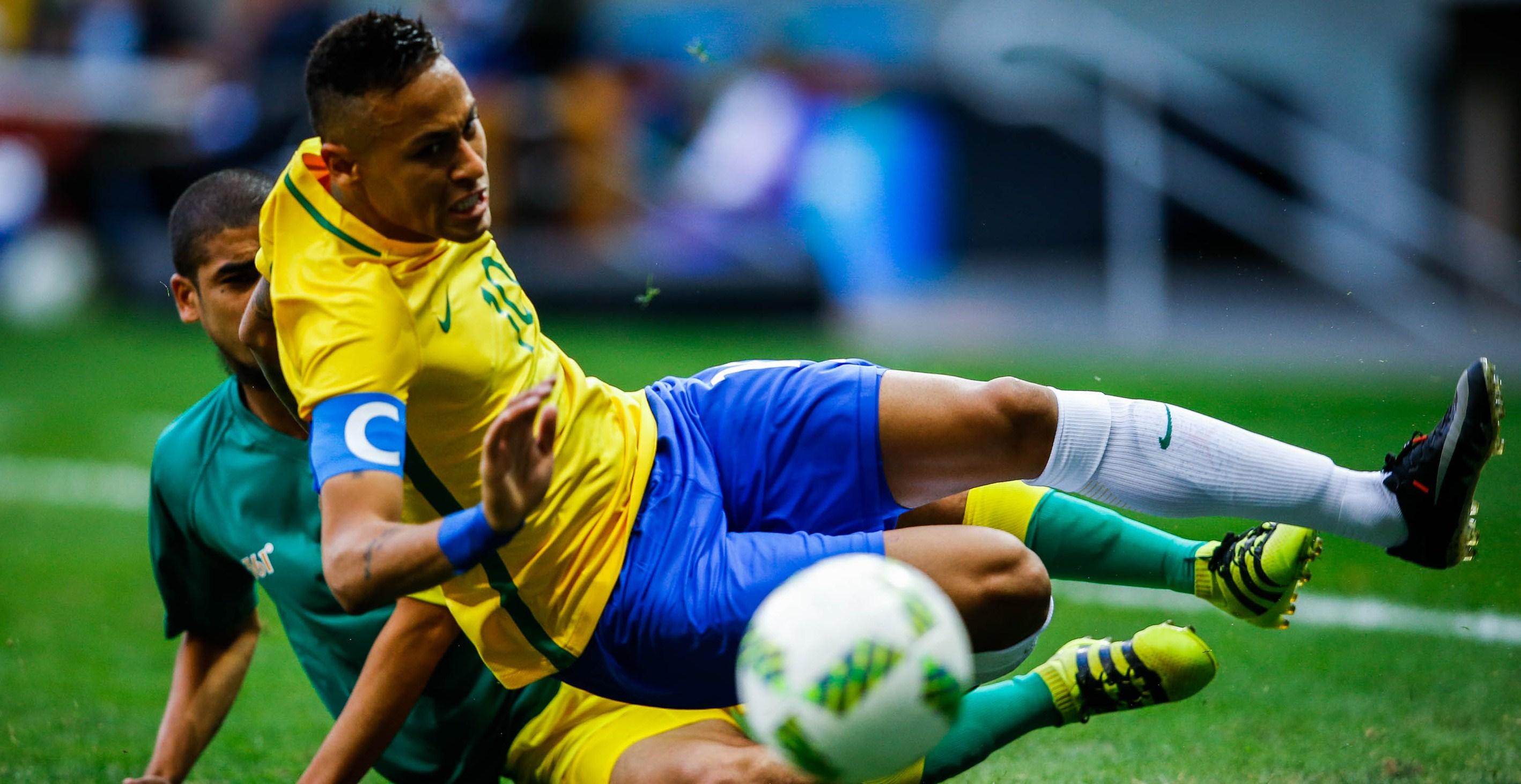 BRA100. BRASILIA (BRASIL), 04/08/2016.- El jugador Neymar (d) de Brasil en acción ante Abbubaker Mobara (i) de Sudáfrica hoy, jueves 4 de agosto de 2016, durante un juego entre Brasil y Sudamérica de los Juegos Olímpicos Río 2016, que se disputa en el estadio Mane Garrincha en Brasilia (Brasil). EFE/Fernando Bizerra Jr.