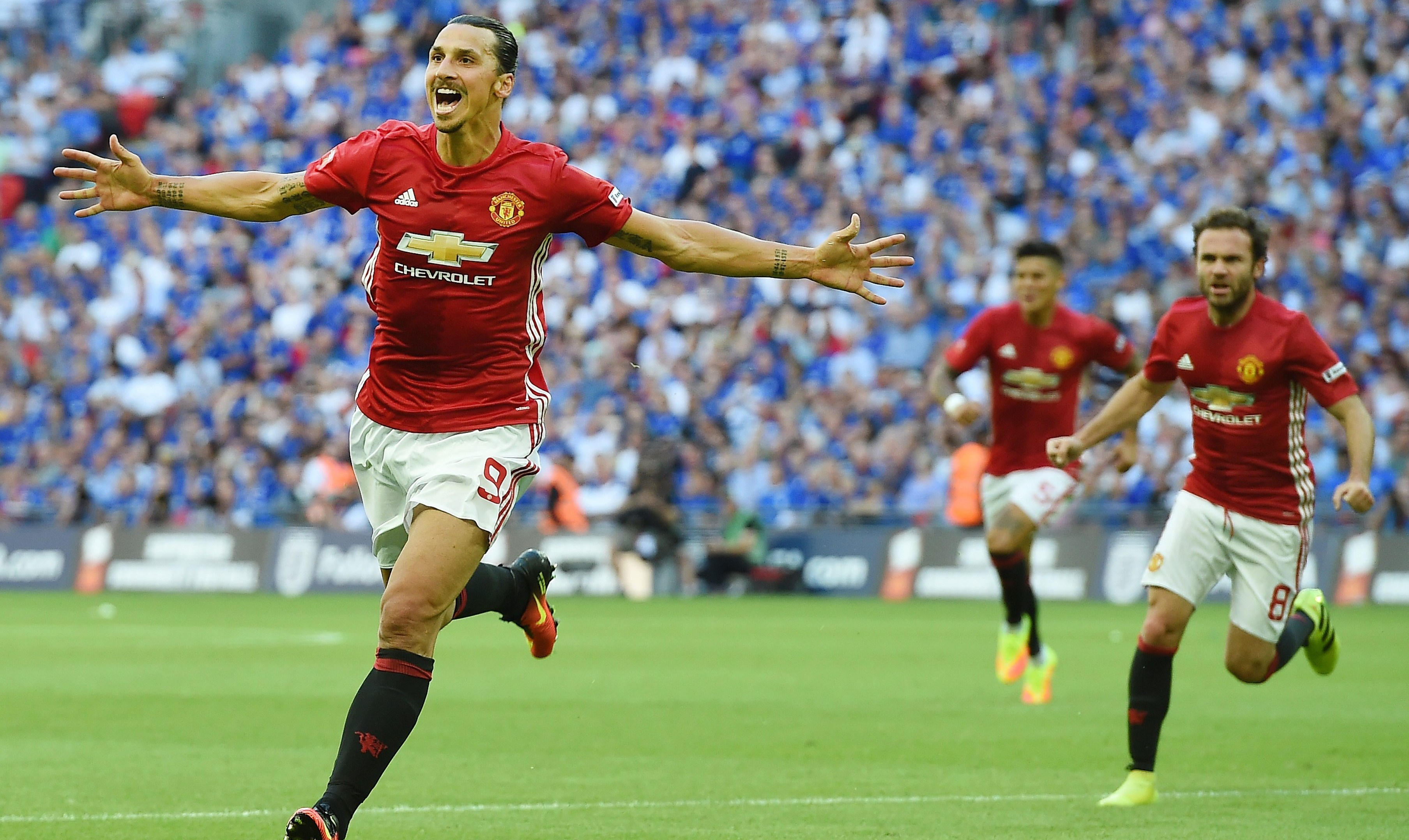 ARA1. London (United Kingdom), 07/08/2016.- Man Utd's Zlatan Ibrahimovic celebrates after scoring against Leicester during the FA Community Shield between Manchester United and Leicester City at Wembley Stadium in London, Britain, 07 August 2016. (Londres) EFE/EPA/ANDY RAIN