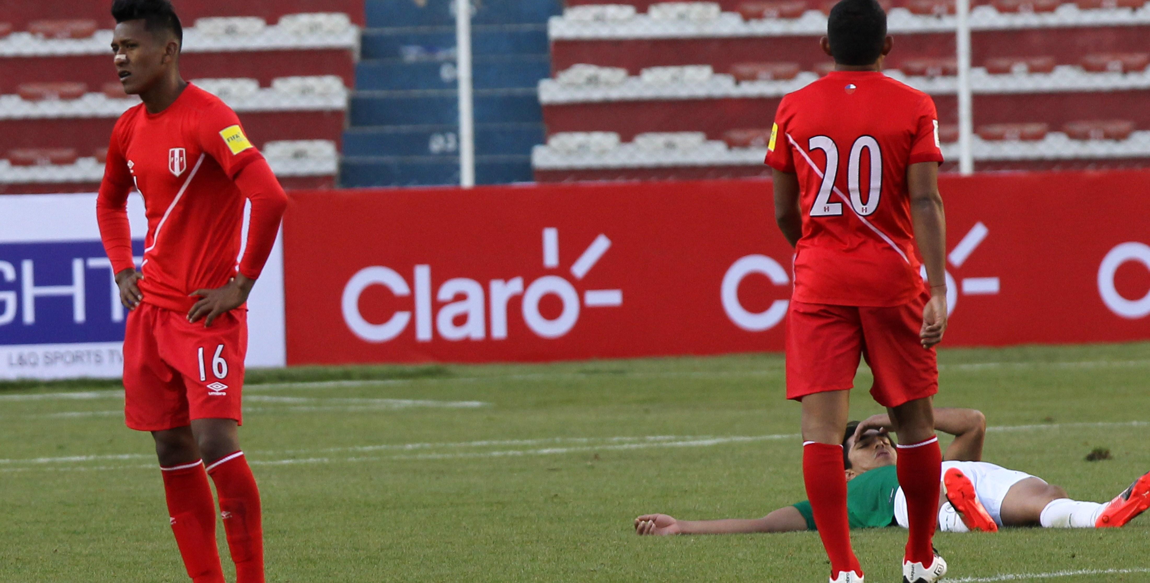 BOL28. LA PAZ (BOLIVIA), 01/09/2016.- Jugadores de Perú se lamentan tras perder con Bolivia hoy, jueves 1 de septiembre de 2016, durante un partido por las por las eliminatorias a Rusia 2018, en el Estadio Hernando Siles de La Paz (Bolivia). EFE/MARTÍN ALIPAZ