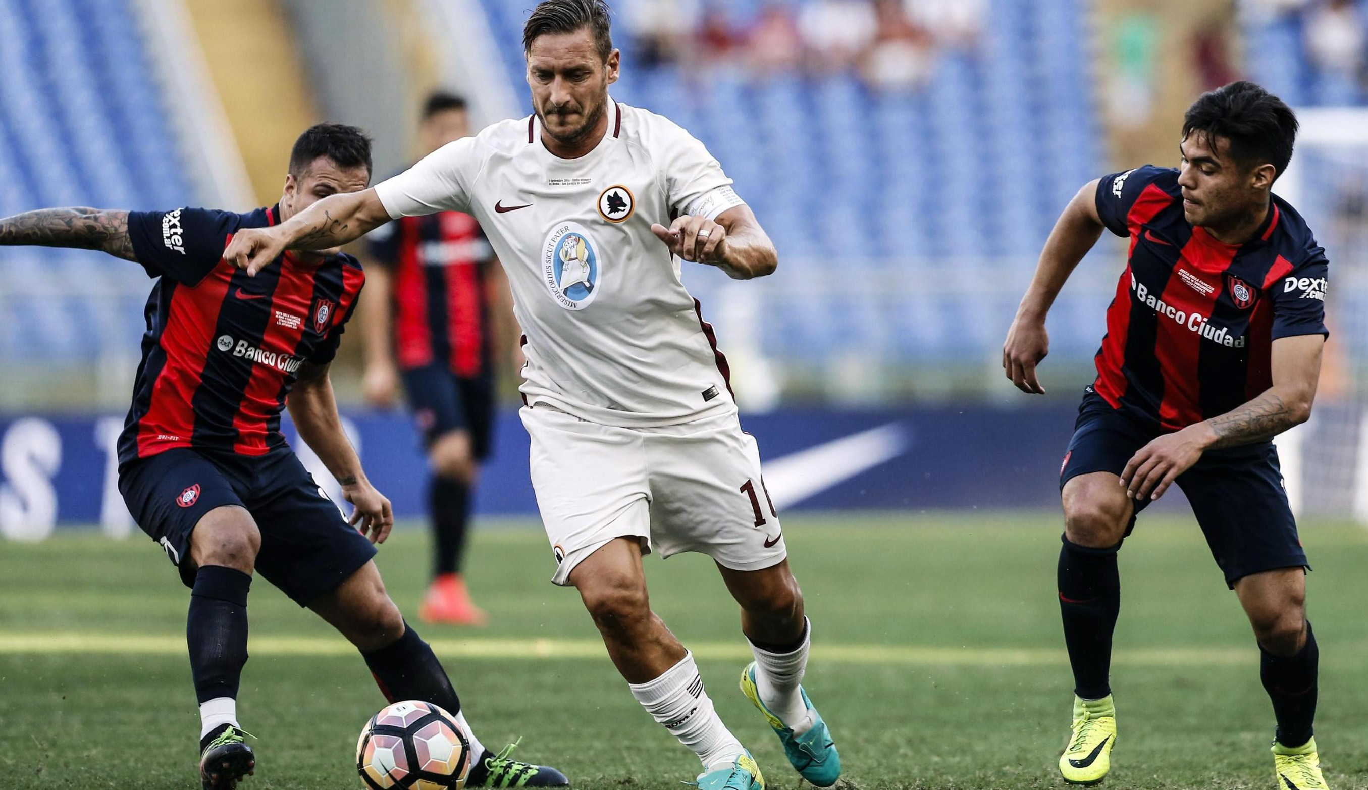 . Rome (Italia), 03/09/2016.- Romas Francesco Totti (C) in action during the charity friendly soccer match AS Roma vs San Lorenzo de Almagro at Olimpico stadium in Rome, Italy, 03 September 2016. The match is held for the victims of the 6.0 magnitude earthquake that struck central Italy on 24 August. (Futbol, Amistoso, Terremoto/sismo, Roma, Italia) EFE/EPA/ANGELO CARCONI